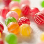 甘い輝きを身につけて。ナナコプラスの本物そっくり和菓子アクセをプレゼントに。