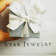 STAR JEWELRY のジュエリーで、彼女に自信と輝きをプレゼント