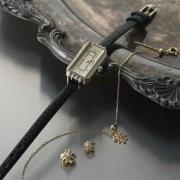 社会人彼女へ贈る時計のプレゼントは、女性らしさを演出する華奢デザインのものを。