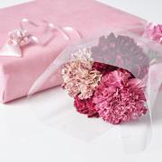 母の日には3000円以内のプレゼントを添えて、感謝の気持ちを贈ろう。