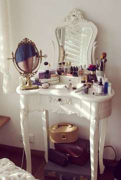 http://weheartit.com/entry/26347306/search?context_type=search&context_user=AineNiClarkeyy&page=2&query=girl+makeup&sort=most_popular