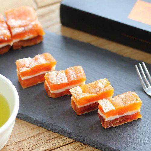 市田柿の濃厚な甘味とクリームチーズのさわやかな酸味が絶妙にマッチします。