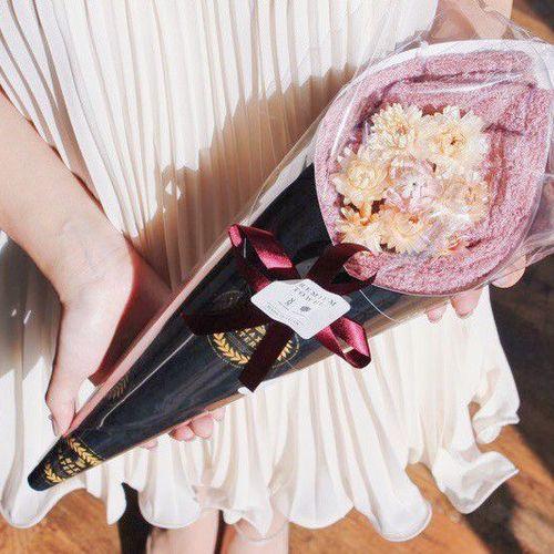 花束を渡すように届けるバスタオルフラワー